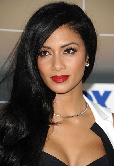 0808-nicole-scherzinger-red-lips-gold-eyeshadow-fox-party_bd